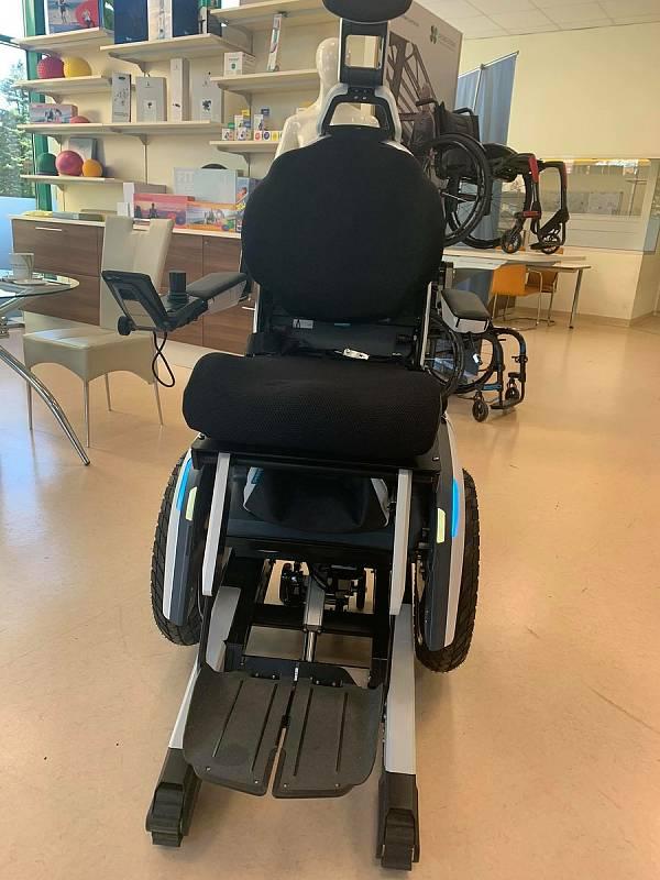 Daniel Křeček z Plzně, který žije s polovinou těla, si už byl v Rakousku vyzkoušet vysněný vozík, který mu může zachránit život.