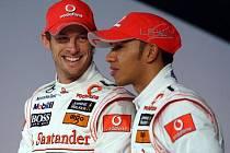 Dva poslední mistři světa formule 1 Jenson Button (vlevo) a Lewis Hamilton.