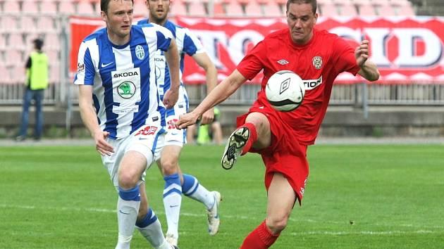 Petr Švancara (vpravo) si zpracovává přihrávku proti Mladé Boleslavi.