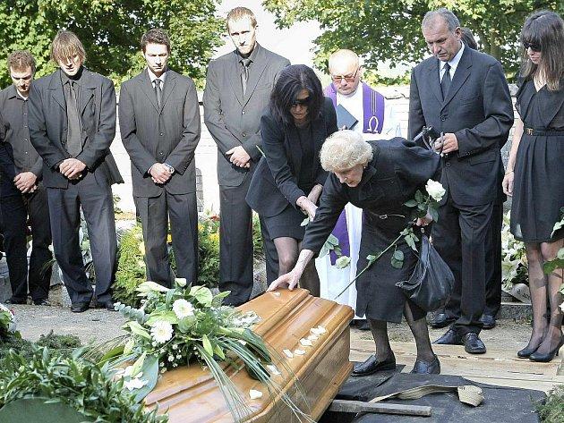 Ve čtvrtek odpoledne 15. září 2011 se přišly naposledy rozloučit do smuteční obřadní síně v Havlíčkově Brodě stovky lidí, truchlících nad tragicky zesnulým hokejistou Josefem Vašíčkem.