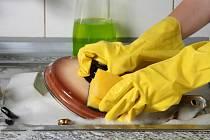Mytí nádobí s ochrannými rukavicemi (ilustrační snímek)