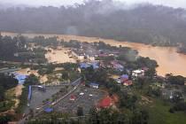 Přes 105.000 lidí muselo být evakuováno ze svých domovů kvůli záplavám, které zasáhly pět států na severu Malajsie a které připravily o život pět lidí.