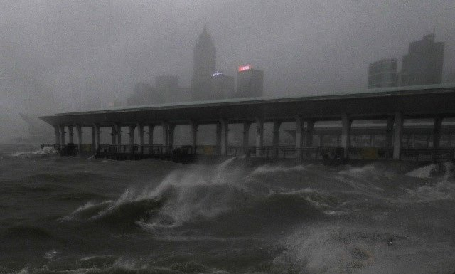 Tajfun Mangkhut dorazil do Hong Kongu.
