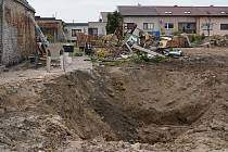 Měsíc po ničivém tornádu už poničené jihomoravské obce Lužice, Mikulčice, Moravská Nová Ves, Hrušky a hodonínský Pánov částečně prokoukly. Práce na zasažených budovách či hřbitovech je ale stále hodně. Po domech určených k demolici zbyly mezery v řadové z
