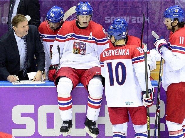 Česko vs. Švýcarsko: Trenér Alois Hadamczik (vlevo) dává instrukce (zleva) Tomáši Plekancovi, Jaromíru Jágrovi a Romanu Červenkovi.