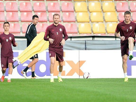 Trénink Sparty před zápasem s Interem, vzadu trenér David Holoubek