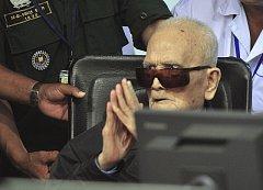 Hlavní ideolog Rudých Khmerů Nuon Chea u soudu.
