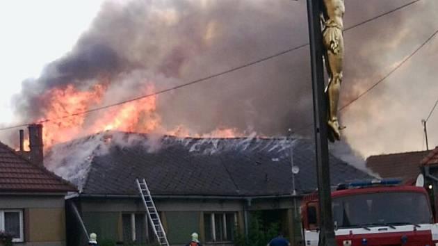 V Benešově zapálil blesk stodolu a dům