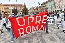 Centrem Prahy prošel 4. října pochod romské hrdosti Roma Pride. Jeho účastníci došli do Bartolomějské ulice, kde byla umístěna pamětní deska připomínající oběti romské genocidy.