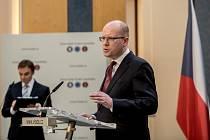 Premiér Bohuslav Sobotka oznámil 2. května v Praze rozhodnutí podat demisi své vlády.