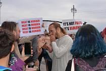 Protiveganský demonstrant na protest pojídal syrovou prasečí hlavu.
