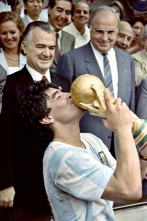 Diego Maradona s vítěznou trofejí mistrů světa. Rok 1986. Mexiko