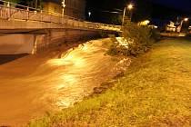 Voda pomalu ustupuje a vrací se zpět do koryta. Obyvatelé Rajnochovic na Kroměřížsku však ještě nemají vyhráno. V tuto chvíli stále prší. Cesta z Rajnochovic na Troják, stejně jako opačným směrem, je až do ranních hodin uzavřená.