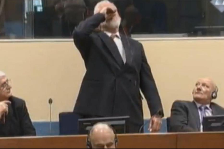 Slobodan Praljak pije údajný jed u soudu v Haagu