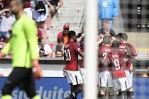 Hráči Sparty se radují z gólu proti Jablonci.