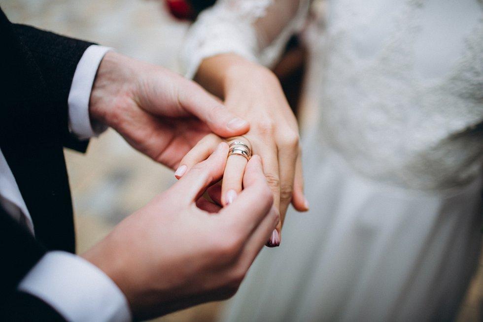 Svatební data také potvrzují klišé, že když si hledají životní partnery z ciziny, ženy pokukují spíše po ženiších ze Západu, naopak muži spíše po nevěstách z Východu.