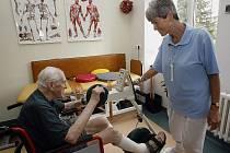 PÉČE O SENIORY. V Domově sv. Karla Boromejského se o nemocné důchodce starají nejen profesionální sestry (na snímku dole vedoucí sestra odděleni rehabilitace Alena Klímová), ale i vězenkyně