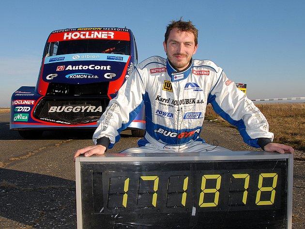 David Vršecký překonal rychlostí 171,878 km/h světový rychlstní rekord kamionů na pevný kilometr. Jel na letišti v Panenském Týnci u Loun.