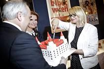 Festival je plnoletý, proto při jeho zahájení nechyběl dort, který krájí Anna Šišková.