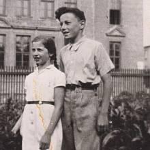 Eva Grossmannová a Zdeněk Stárek v zahradě, kde se za války skrývala (rok 1945). Zdeněk byl jeden z mála, kdo o Evině skrývání věděl a nosil jí knížky, aby nebyla celý den sama.