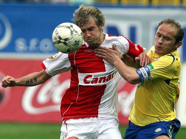 Slavia prohrála v Teplicích. Na snímku v souboji domácí Verbíř (vpravo) s Pražanem Blažkem.
