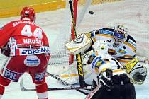 David Hruška střílí druhou branku utkání mezi Slavií a Litvínovem.