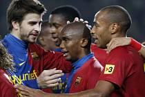 Gerard Pique (vlevo), Samuel Eto'o (uprostřed) a Thierry Henry (vpravo) slaví vítězství nad Deportivem La Coruňa.