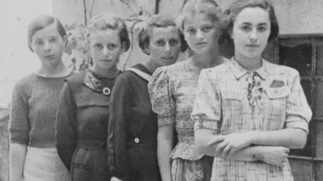 Zleva neidentifikovaná dívka, Anna Herskovičová, další neidentifikovaná dívka, Lea Friedmannová a Debora Grossová (sestra Adély Grossové). Tyto dívky skončily v prvním transportu do Osvětimi