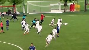 Gabriele Alesi z AC Milan a jeho spoluhráči se radují po gólu z poloviny hřiště