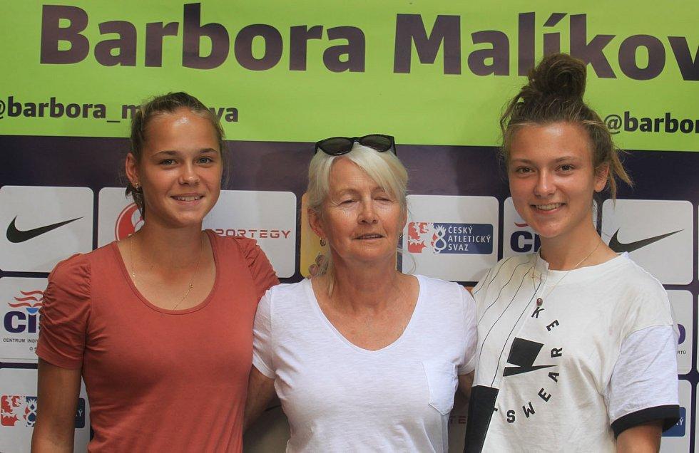 Barbora Malíková s trenérkou Janou Gellnerovou a kolegyní ze skupiny Marii Klapuchovou
