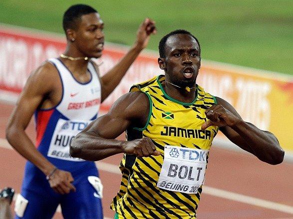 Usain Bolt v cíli vítězného závodu na 200 metrů na MS v Pekingu.