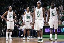 Zklamání basketbalistů Bostonu po vyřazení Orlandem bylo veliké. Zleva Paul Pierce, Ray Allen, Rajon Rondo a Kendrick Perkins.