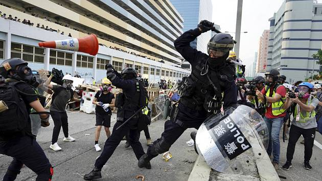 Demonstranti v Hongkongu se střetli s policií