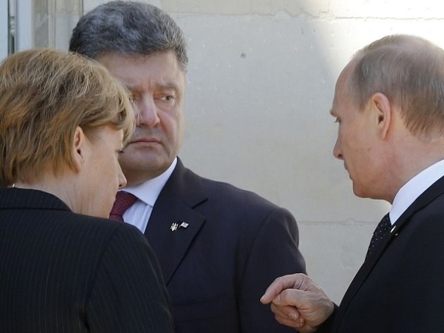 Zleva Angela Merkelová, Petro Porošenko a Vladimír Putin.