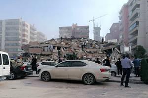 Budova ve městě Izmir zřícená během zemětřesení