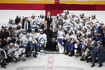 Hokejisté Tampy Bay pózují se Stanleyovým pohárem