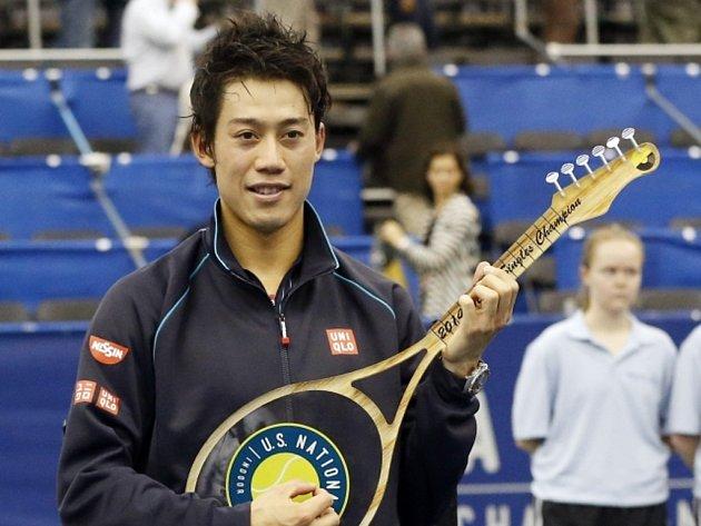 Kei Nišikori s trofejí pro vítěze turnaje v Memphisu.
