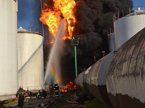 Hořící ropné zásobníky u Kyjeva.