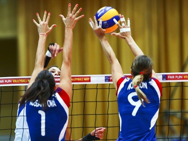 České volejbalistky Andrea Kossanyiová (vlevo) a Michaela Monzoniová blokují smeč srbské soupeřky.