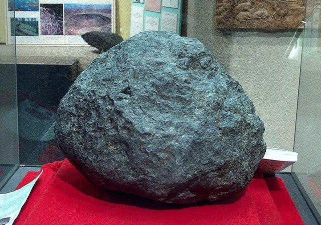 Největší masa vesmírného kamenného tělesa, jehož pád předznamenal novověk