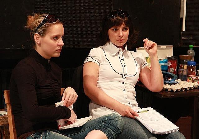 Herečky Petra Doležalová (vlevo) Zuzana Dřízhalová při zkoušce hry Columbo-Vražda na recept v pražském Divadle Broadway