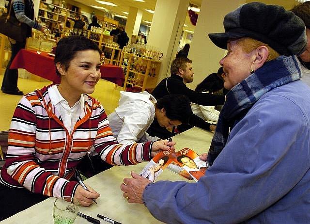 Zuzana Dřízhalová na autogramiádě herců ze seriálu TV Prima Rodinná pouta