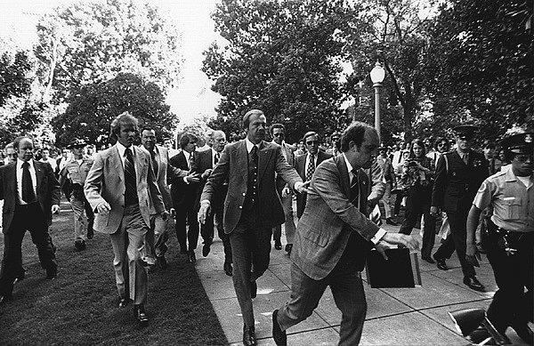 Gerald Ford uniká z místa, kde se ho členka Mansonova gangu pokusila zastřelit