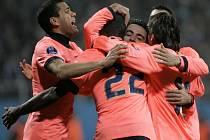 Fotbalisté Barcelony slaví úvodní branku zápasu proti Dynamu Kyjev.