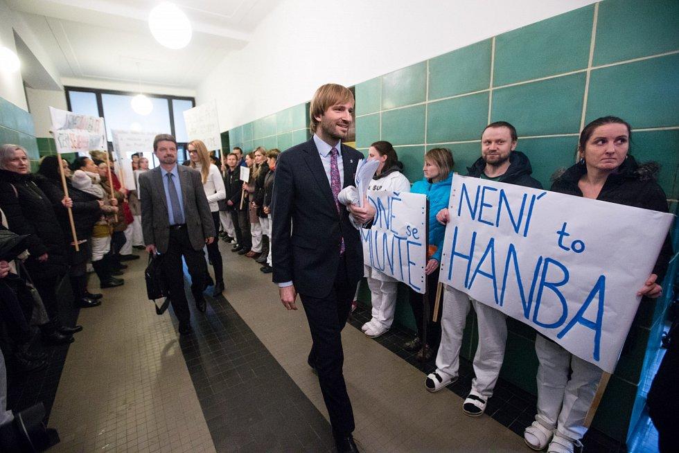 Ministr zdravotnictví Adam Vojtěch v pátek 21. února navštívil Psychiatrickou nemocnici Havlíčkův Brod, kde lékaři protestovali proti odvolání ředitele.