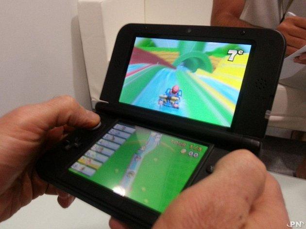 Herní konzole Nintendo 3DS XL.
