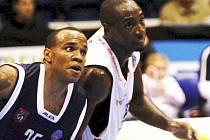 Tahoun. Rozehrávač William Hatcher (vlevo) se má stát mozkem děčínských basketbalistů. Hned první ligový zápas ukázal, že v Evropě málo známý Američan může ambice klubu naplnit.