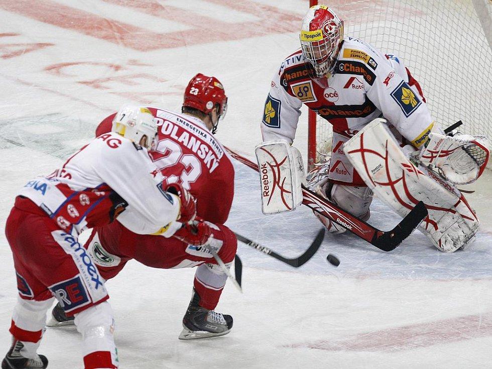 Jiří Polanský z Třince (v červeném) se snaží překonat gólmana Slavie Miroslava Kopřivu.