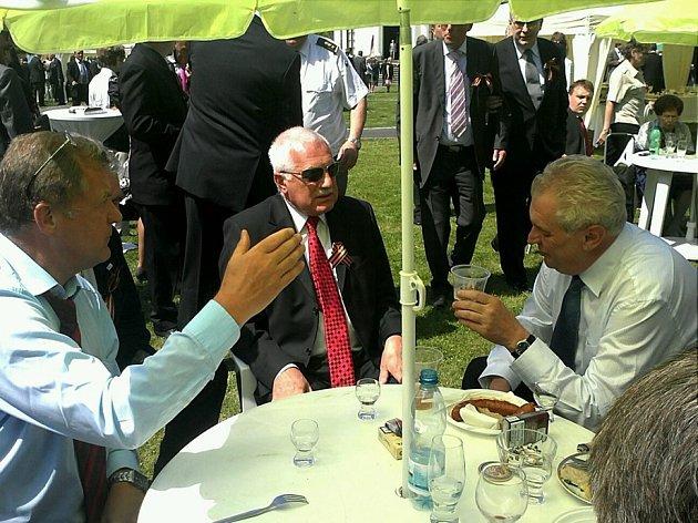"""Na recepci k 67. výročí konce 2. sv. války se 9. května na ruské ambasádě potkali prezident Václav Klaus a důchodce Miloš Zeman. Právě tady ho měl prezident pobídnout: """"Tak už zvedni tu prezidentskou kandidaturu. Budu tě volit."""""""