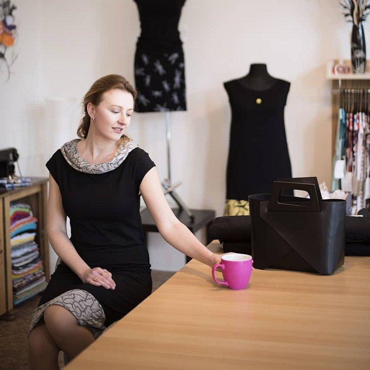 Jarmila Šnajdr ve svém krejčovském ateliéru Marline